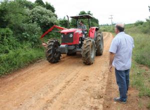 ROÇADAS | Prefeitura intensifica os serviços de recuperação e de manutenção de estradas